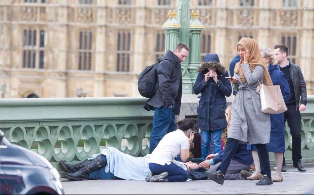 muslimsk-kvinde-krydser-sin-tros-spor